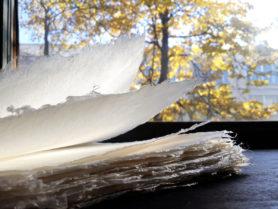 У пеньковой бумаги натуральный белый цвет с легким кремовым оттенком